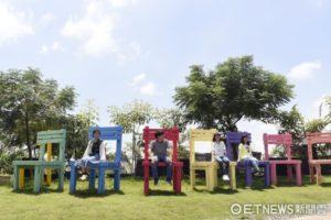 色彩繽紛的巨大椅子,絕對是打卡熱點。(圖片來源: ETNEWS新聞雲)