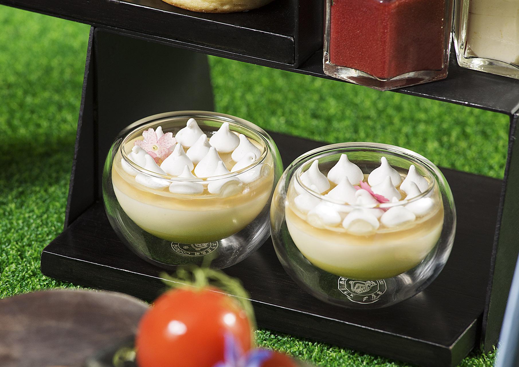 接骨木花檸檬吉士配白巧克力慕絲。