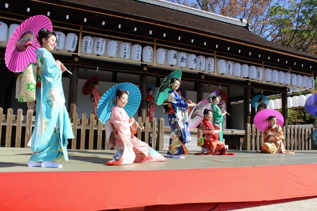 14:00-16:00 (京小町踊り子)由4名日本女生穿上傳統振袖,以日本舞蹈讓大家近距離感受京都藝之美。