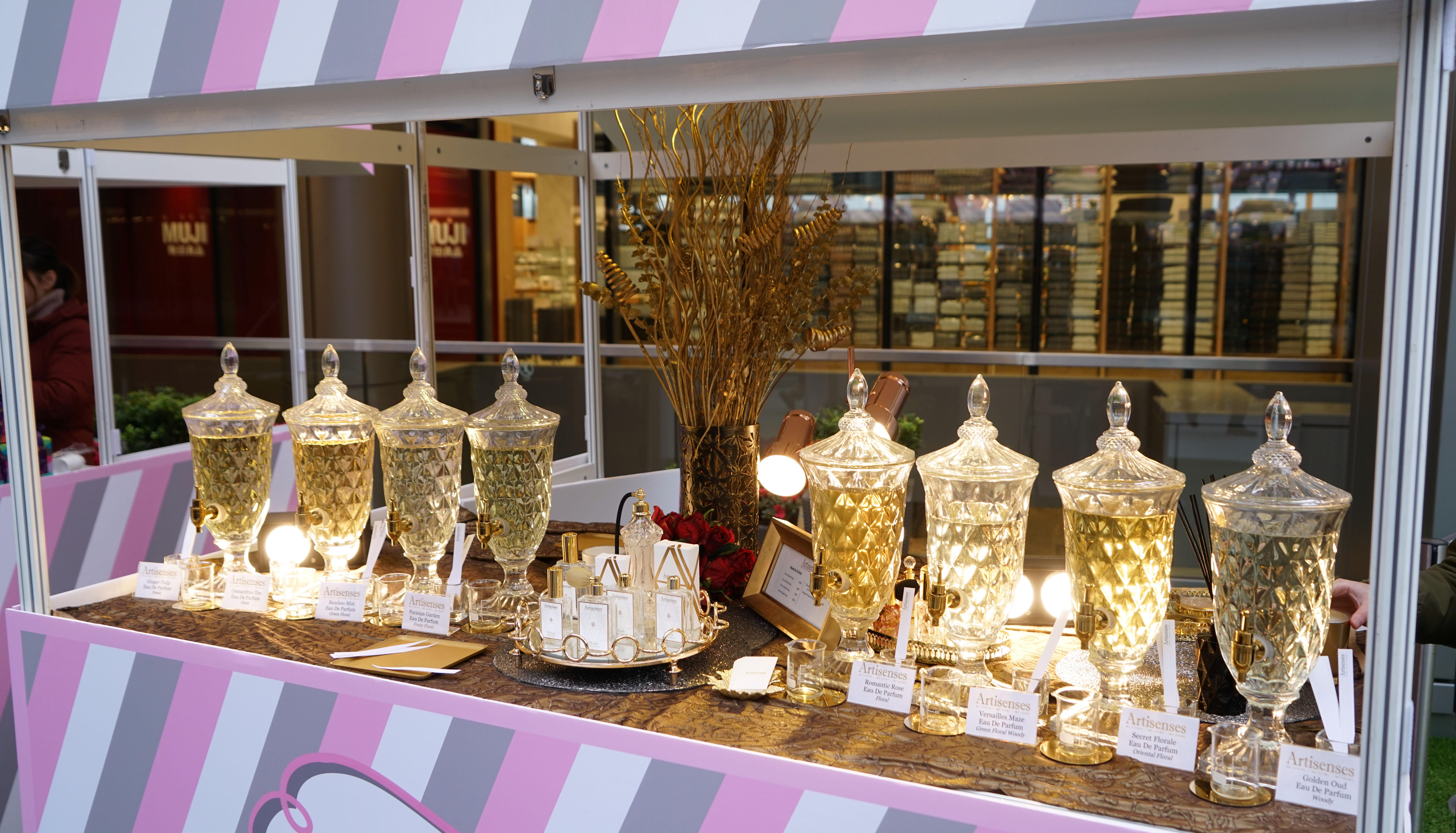 著名香水調配品牌Artisenses推出情人節限定套裝(Romantic Rose Jardin Valentine's Day Gift Set),以多種玫瑰調配而成幸福的香馥, 有如置身於浪漫的玫瑰花海一樣。