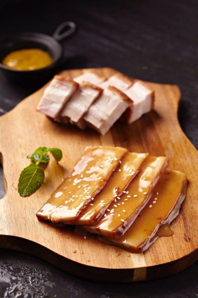 友好切磋 (豬腩肉兩併): 天天將中式燒腩仔配上以西班牙日燒黑毛豬作併盤,兩種不同的豬肉加上蜜糖芥末醬一同上菜,展現出兩種不同的食法。