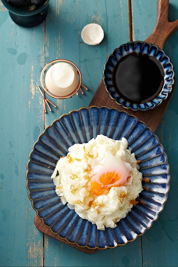 黑黑白白 (意大利黑醋滑炒賽螃蟹):選用有機雞蛋作為玉子的材料,以慢煮45分鐘煮成;帶子選用優質的日本帶子。廚師選取了兩款口感相近的用料,煮成京滬名菜賽螃蟹。