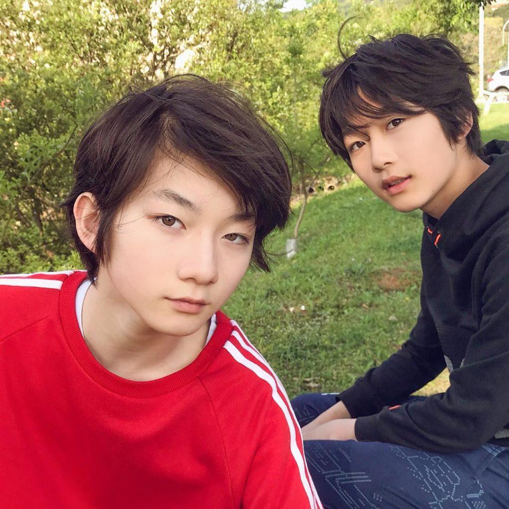 先來教你點分佢地:左邊既係英亜,今年14歲;右邊是英蘭,今年12歲。