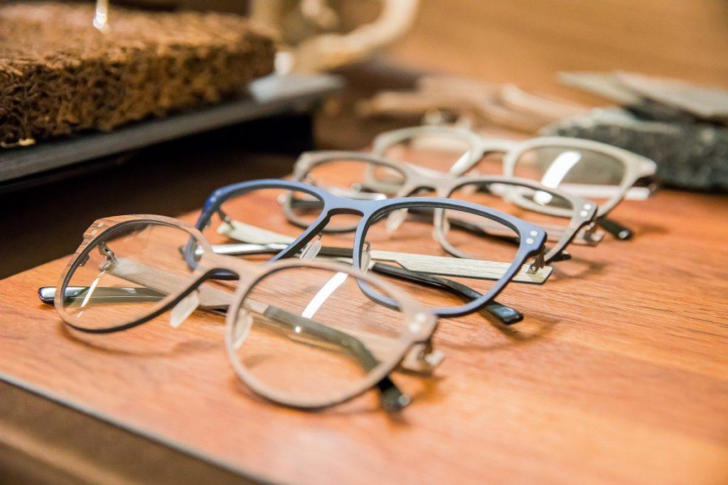 融合技術同原生天然物料,選用質感豐富既原石頭同高品質的木材,呈現一個現代同原始美互相結合既眼鏡設計,令每一位配戴者都能感到「大自然瑰麗美景」。 而且,鏡架質量高、舒適同輕巧,配有彈簧鉸鏈同埋選用左偏光鏡片,可以有效減少眩光,令視覺更舒適。