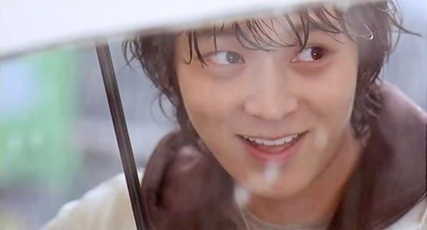 """《狼的诱惑》是由金泰均执导,姜栋元、赵汉善、李清娥主演的韩国爱情电影。影片是根据韩国""""80后""""作家可爱淘撰写的同名小说改编而成。讲述一个身世凄苦的少女在首尔的各种遭遇。影片于2004年7月23日在韩国上映"""