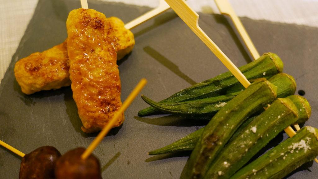 燒栗子薯、燒秋葵、燒免治雞棒串 大廚特意以日本海鹽燒製多款燒物,讓食品的原汁原味更能突出。而有別於坊間一般居酒屋選用紫薯,大廚則採用了含有栗子味道的日本栗子薯,口感更幼滑濃郁。而燒秋葵及燒免治雞棒串則選用日本秘製燒汁燒製而成,大大提昇食材鮮味。