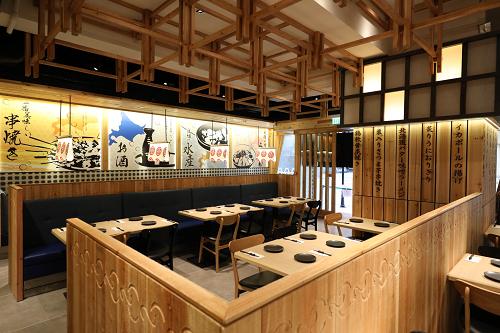 全面選用木製家具,店內更設有寫滿日文菜式的木刻柱,簡約風的裝潢,營造舒適的氛圍,店舖更特別加入多幅札幌四季風景畫,印刷多款相關的特色佈置,於設計細節盡顯心思,希望客人感受到札幌當地的風土人情。